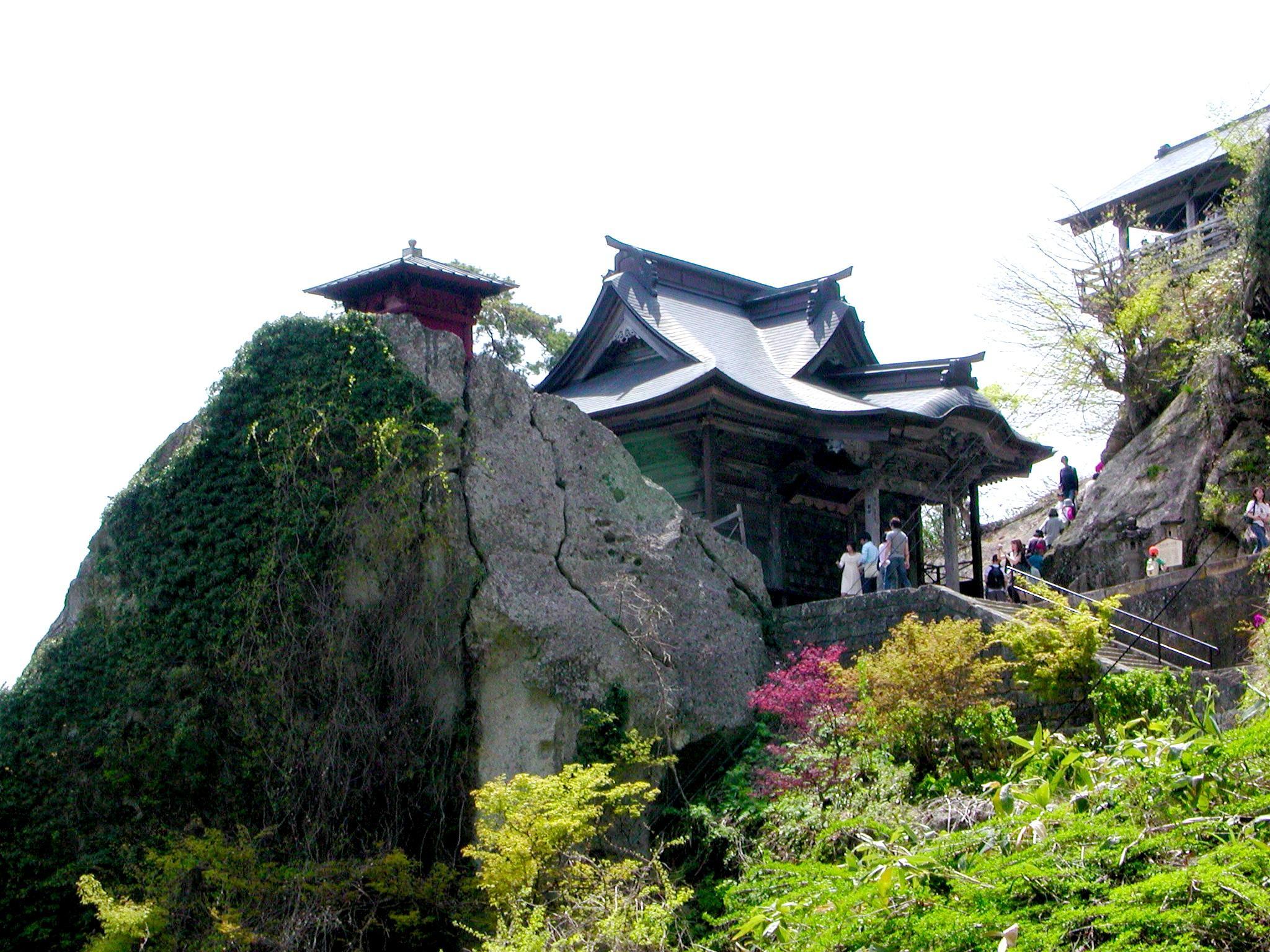 岩肌と緑、そしてお寺、本当に山寺でした。