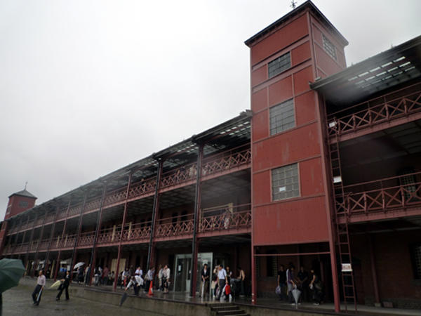 雨に濡れた赤レンガ倉庫もグー