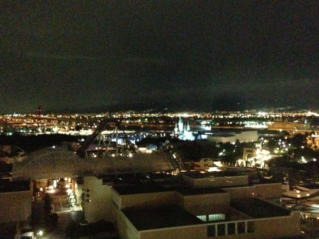 ホテルユニバーサルポート 客室から見えた夜景。閉園後しばらくハリーポッターのホグワーツ城がライトアップされてました。