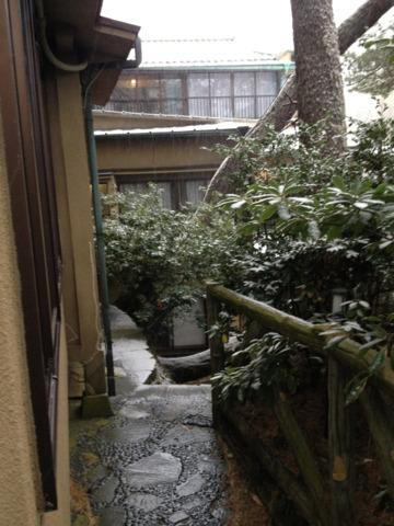 五浦観光ホテル 部屋付きのお庭から中庭への道