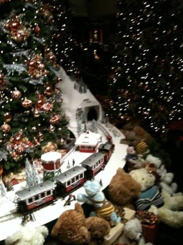 ウェスティンホテル東京 ロビーのクリスマスツリーのデコレーション。ロビー自体はさほど広くないのですが、どこかヨーロッパ調でなかなか本格的でした。