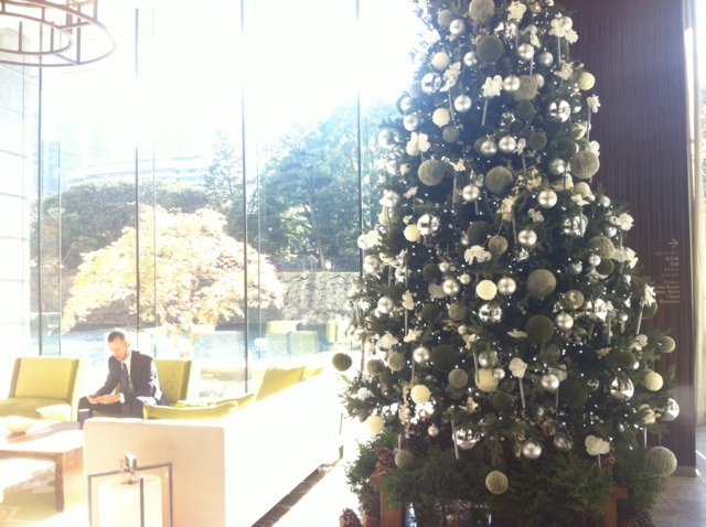 パレスホテル東京 クリスマス前だったのでロビーにはツリーが。大きな窓の先には紅葉したもみじとお堀が見え、日本らしい雰囲気が味わえます。