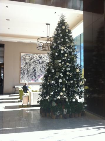 パレスホテル東京 12月の初旬に訪れたところ、ロビーの装飾がクリスマスでした。クリスマスツリーはオーナメントが白く大人っぽくて上品です。