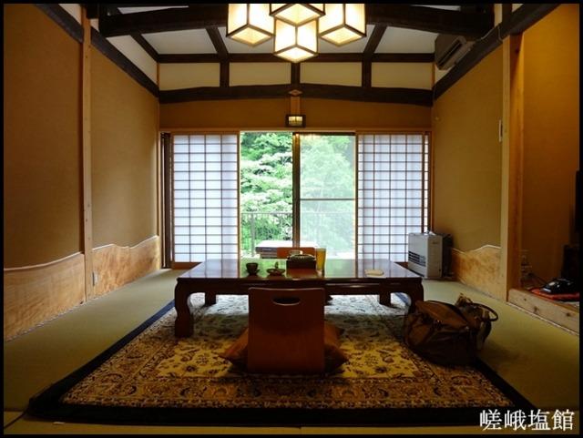 嵯峨塩館 ベッドのある「あけび」の客室
