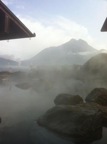 山のホテル夢想園 女性の露天風呂です。誰もいなかったので写真とってしまいました。広〜い露天風呂から雄大な由布岳がみえます!!