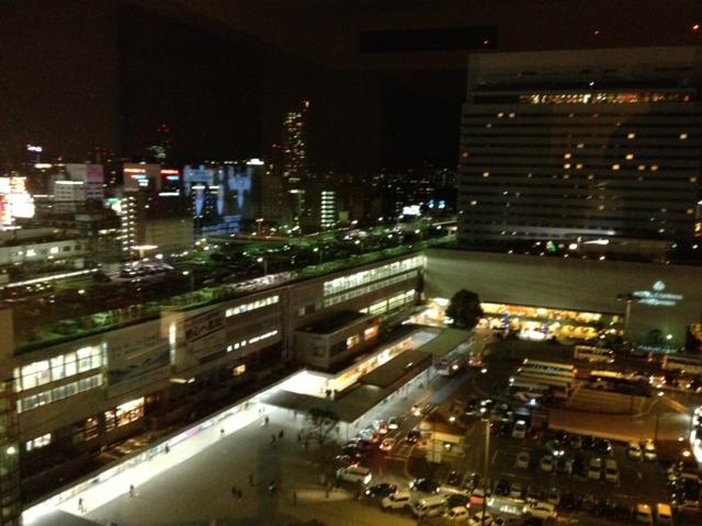 シェラトングランドホテル広島 窓からの眺望。広島駅新幹線口、バスターミナルの前。賑やかな繁華街は駅を挟んで逆側。