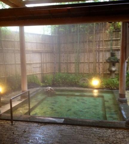 源泉と明治15年創業の歴史あるゆ宿 藤田屋 露天風呂も落ち着いた雰囲気です