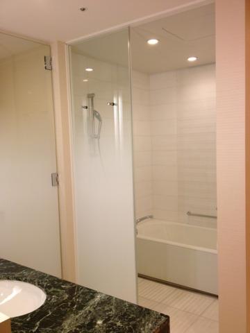 シェラトングランドホテル広島 バスルームは、シャワーブースが独立しておらず、深いバスタブと洗い場がありました。これはこれで、使いやすかったです。アメニティに個性が無いのが残念。