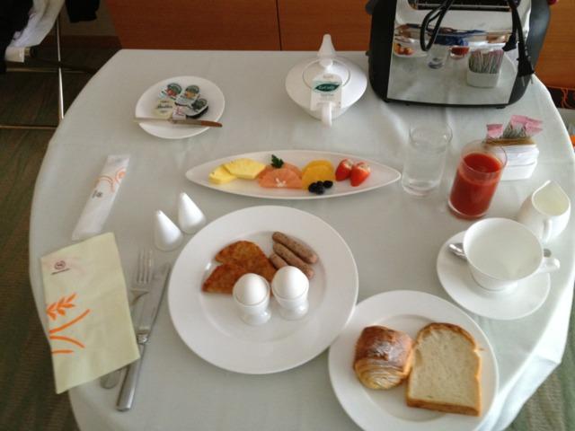 シェラトングランドホテル広島 朝食をルームサービスにしました。キチンとしていましたが、いたって普通。