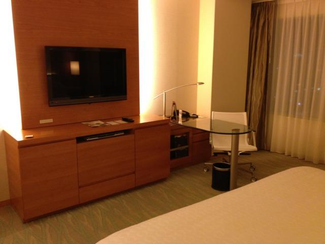 シェラトングランドホテル広島 客室は広さ的には快適。ベッドの足元は十分広い。