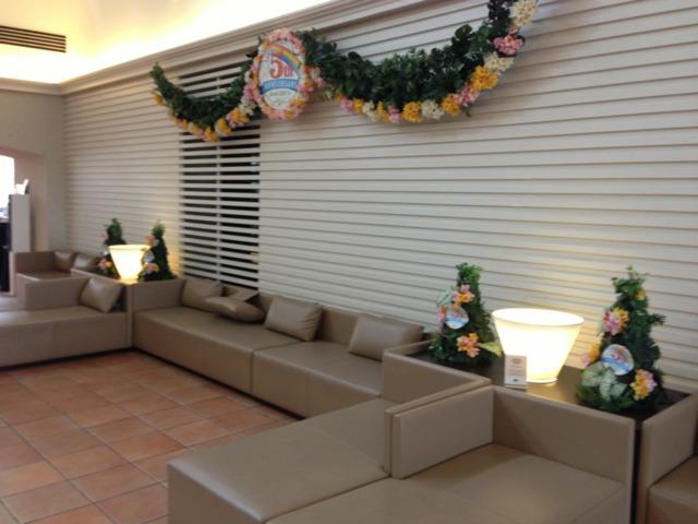 三井ガーデンホテルプラナ東京ベイ ホテルのロビー夜はチェックインする人達が休んでました。