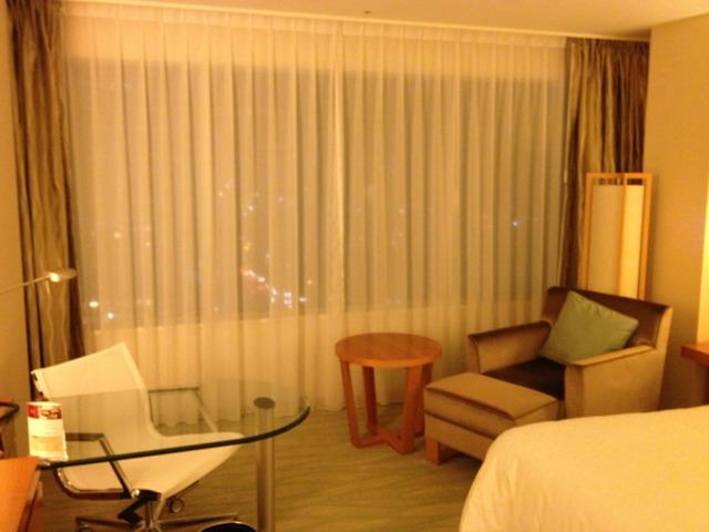シェラトングランドホテル広島 窓際のソファにはオットマンつき。座り心地は普通。