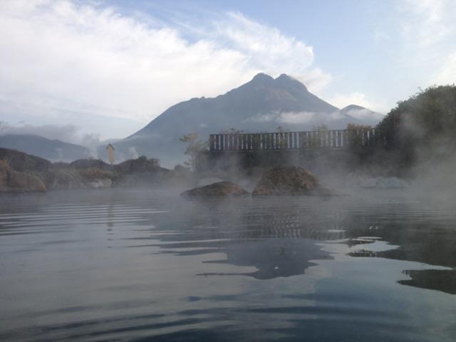 山のホテル夢想園 貸し切り状態の朝風呂から臨む由布岳