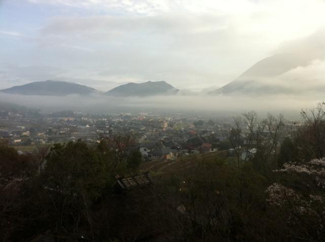 山のホテル夢想園 朝、部屋からの眺め。山に雲?霧?がかかって幻想的でした。
