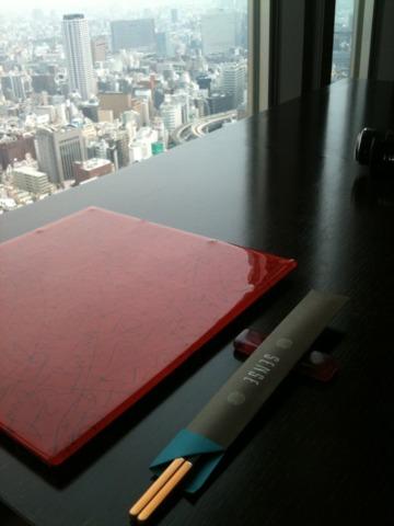 マンダリン オリエンタル 東京 ミシュラン一つ星レストラン広東料理 センスがお勧め。37階の窓際三人席から眺めると、遠く東京スカイツリーも見えました。店内は細長くモダンチャイナな雰囲気。お料理も繊細なモダン中華、ゆっくりできました。