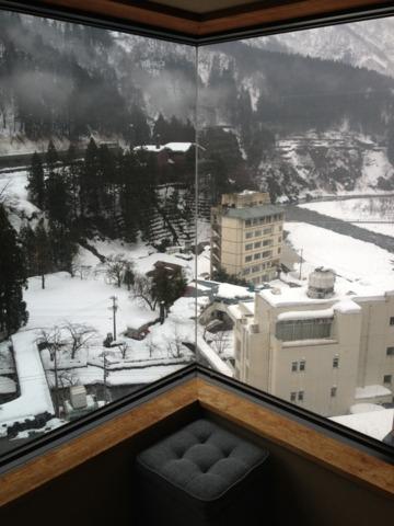 宇奈月国際ホテル 7階客室からの眺め。宇奈月温泉街を一望(^ ^)。黒部峡谷鉄道の赤いトロッコも見えました。