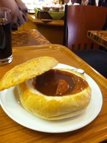 富士屋ホテル チェックイン前にホテルの近くにある渡邊ベーカリーのシチューパンを。あつあつのビーフシチューがフランスパンでできたお皿に入っています。イートインもテイクアウトも可。箱根駅伝のときは観客に振舞われるとか。