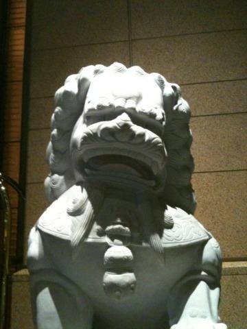 ザ・ペニンシュラ東京 ペニンシュラの玄関口に鎮座していた狛犬。ちょっとコミカルなお顔をしてました。