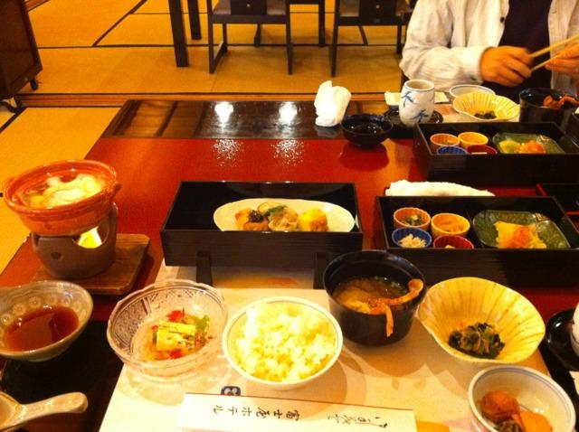 富士屋ホテル 朝食はメインダイニングでのアメリカンブレックファーストと旧御用邸・菊華荘での和定食が選択できました。夕食をメインダイニングでいただいたので朝食は隣接する菊華荘へ。