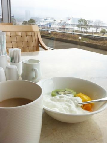 琵琶湖ホテル 朝食は一階のレストランでバイキング。窓が大きく明るい雰囲気。メニューも豊富でした。