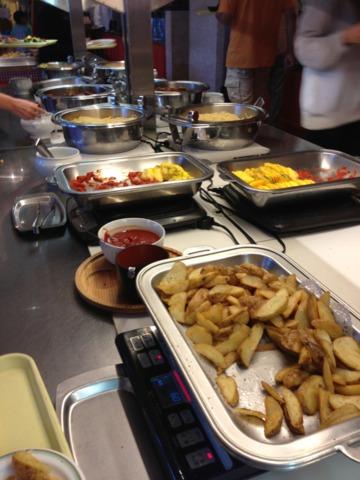 三井ガーデンホテルプラナ東京ベイ 朝食のブッフェ、朝パークへ行く前に早めに食べる人で賑わってました。