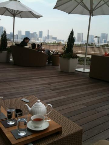ヒルトン東京お台場 一階のラウンジにはテラス席があります。ボードウォークの向こうには東京湾。レインボーブリッジと東京のビル群。爽やかな気分になります。