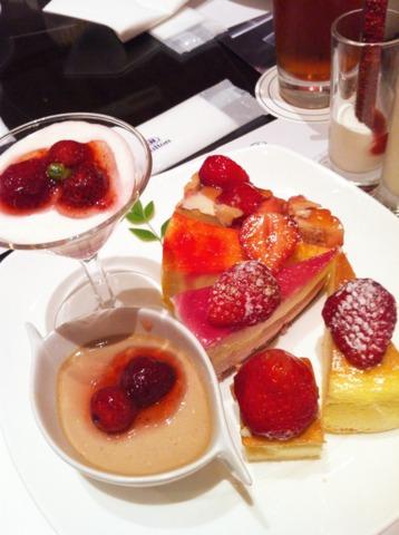 ヒルトン東京 マーブルラウンジのデザートブュッフェ。春のストロベリーフェアでした。イチゴのスイーツがたくさん!