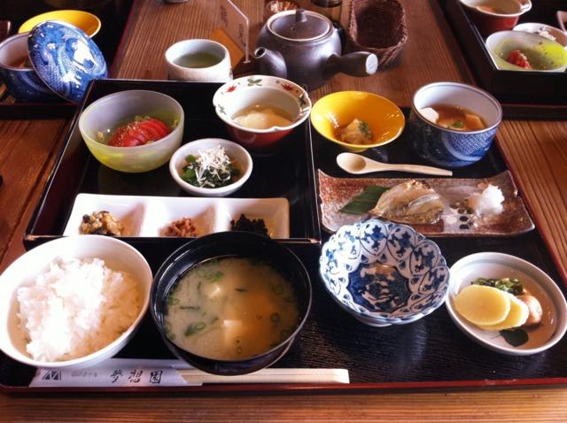 山のホテル夢想園 朝食。自家製の肉味噌やわさび和えなどのおかずが美味しく、ご飯が進みます。