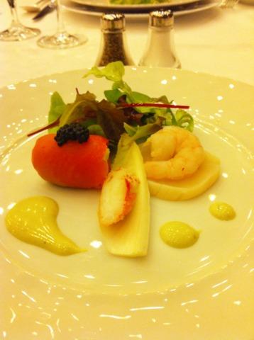 富士屋ホテル 夕食コースの前菜。メニュー表には、蛍イカのガレット仕立 スパイシーなトマトソース、とありますが、トマト苦手なので変更をお願いしたところ、ホタテとエビとサーモンがきました!
