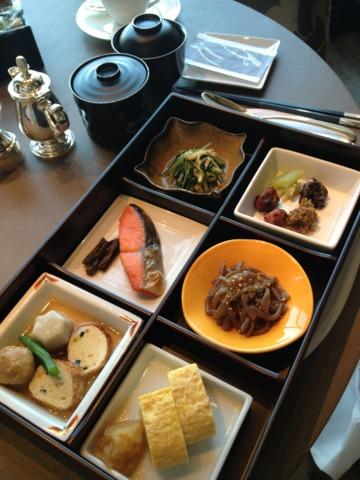 シャングリ・ラ ホテル 東京 和朝食のセット。シャングリラホテルは朝食が充実してました。他にアメリカンスタイルや中華粥のセットなどがあり、ビュッフェもあります。レストラン ピャチェーレにて。