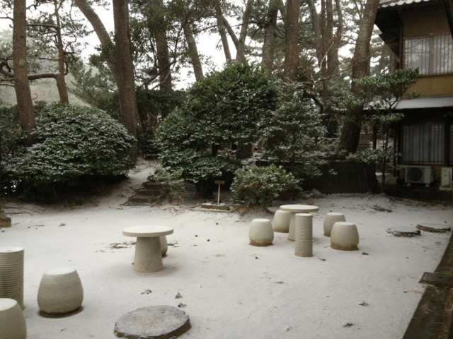 五浦観光ホテル 部屋付きのお庭の雪景色