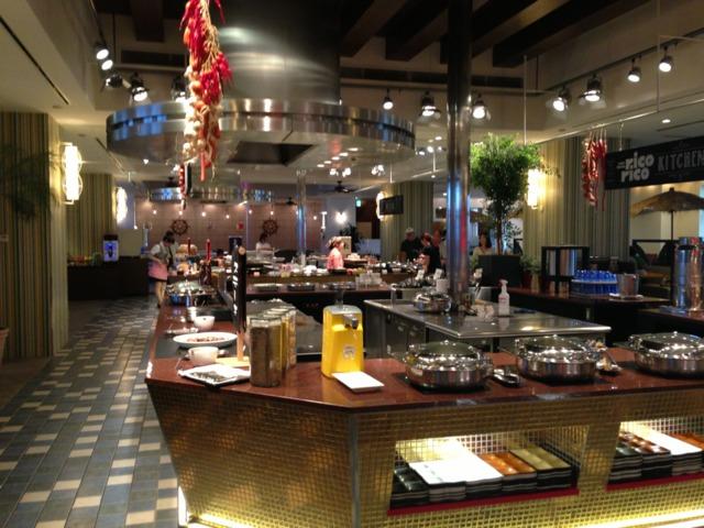 ホテルユニバーサルポート 朝食バイキングのレストラン。明るくて広い。