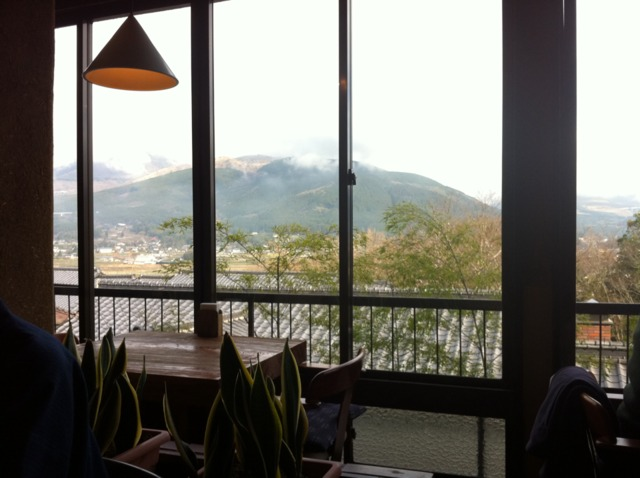 山のホテル夢想園 朝食は喫茶banbanにて。天気がよく、由布院ののどかな風景が見下ろせました。