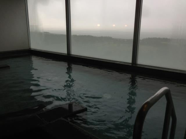 三井ガーデンホテルプラナ東京ベイ 七階の展望風呂、この日は生憎の天気でしたが海がバッチリ見えて気分がいい