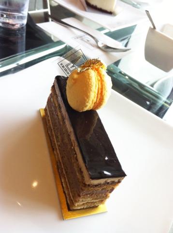 加賀屋 近くにある辻口博啓シェフのカフェ、ル ミュゼ ド アッシュでケーキ☆このカフェも海の目の前で、絶景です。ケーキはたくさん種類があり選ぶのに迷ってしまいました。