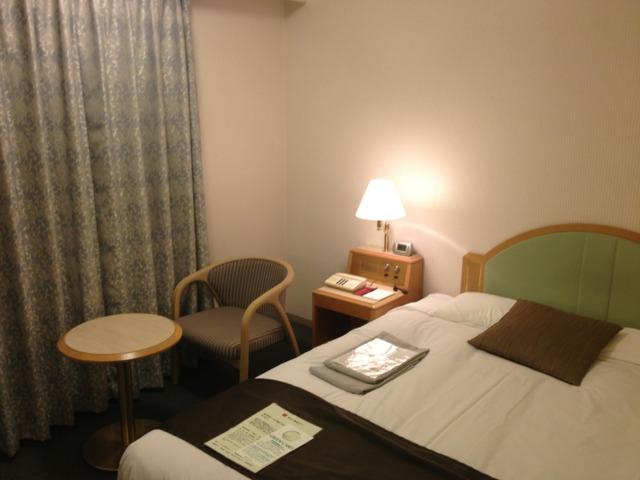 松山東急REIホテル 部屋は狭いのですが、ビジネスホテルとしては標準。シモンズのベッドはダブルサイズで快適でした。