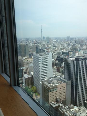 シャングリ・ラ ホテル 東京 シャングリラホテル客室の大きな窓から見える東京スカイツリーはこの位の大きさ。窓際には、ゆったり座れるカウチがありました。快適。
