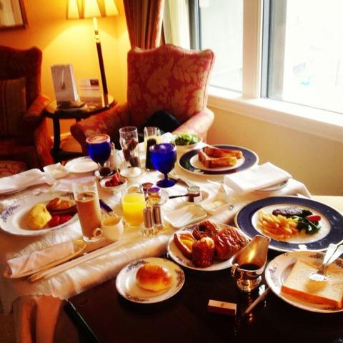 ザ・リッツ・カールトン大阪 ルームサービスで朝食。アメリカンブレックファストとリッツカールトンブレックファストのテンダーロインステーキ。追加でフレンチトーストつけてます。