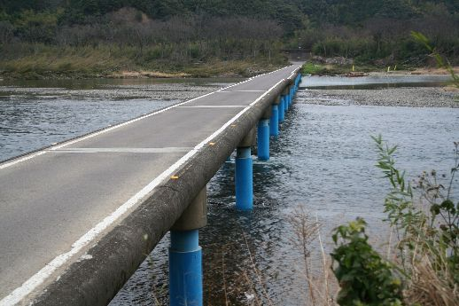 佐田沈下橋を車で往復