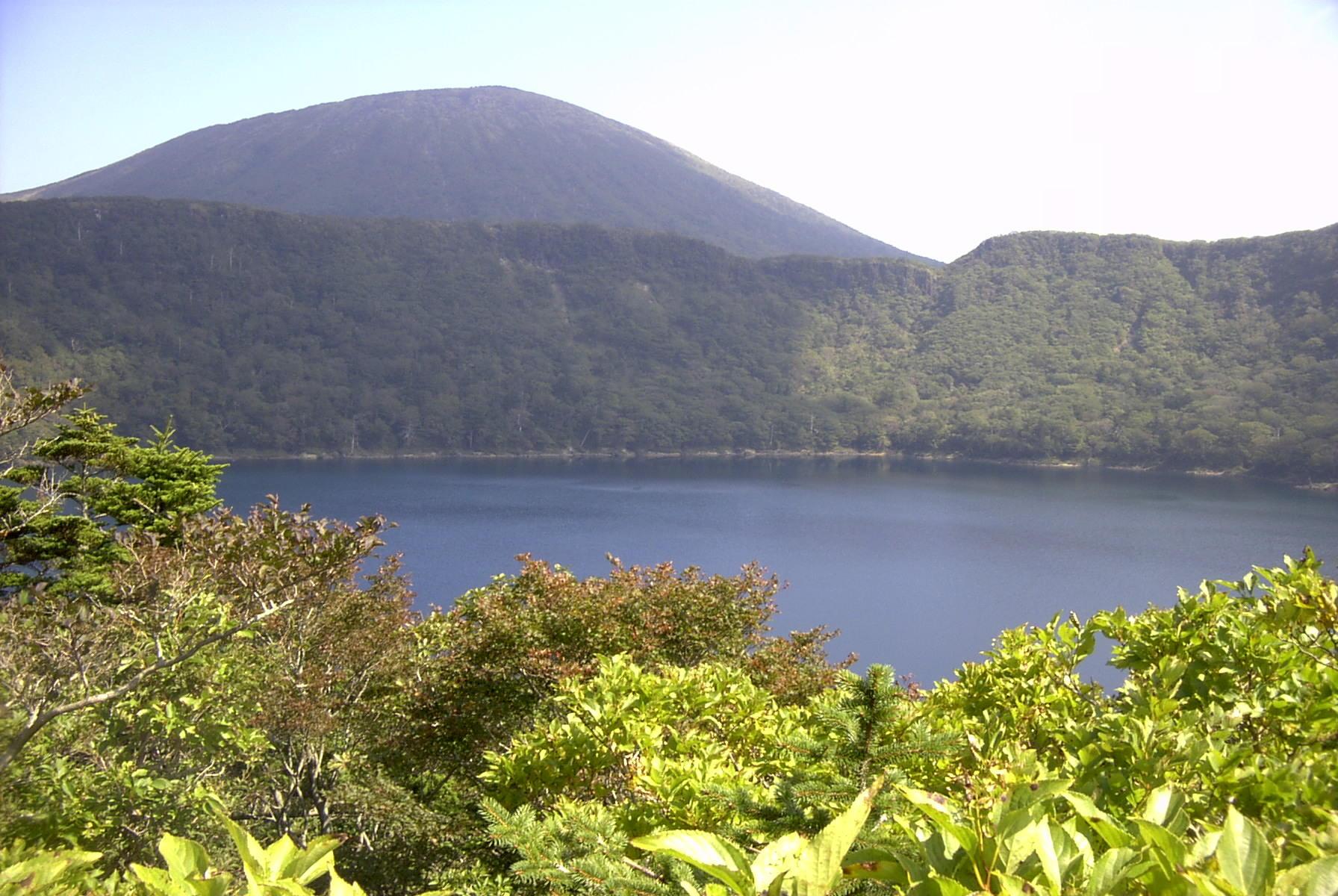 大浪の池は、大自然にいだかれる神秘の湖。