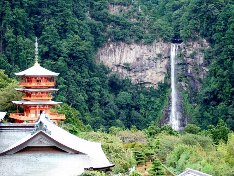 繊細な神々しい滝