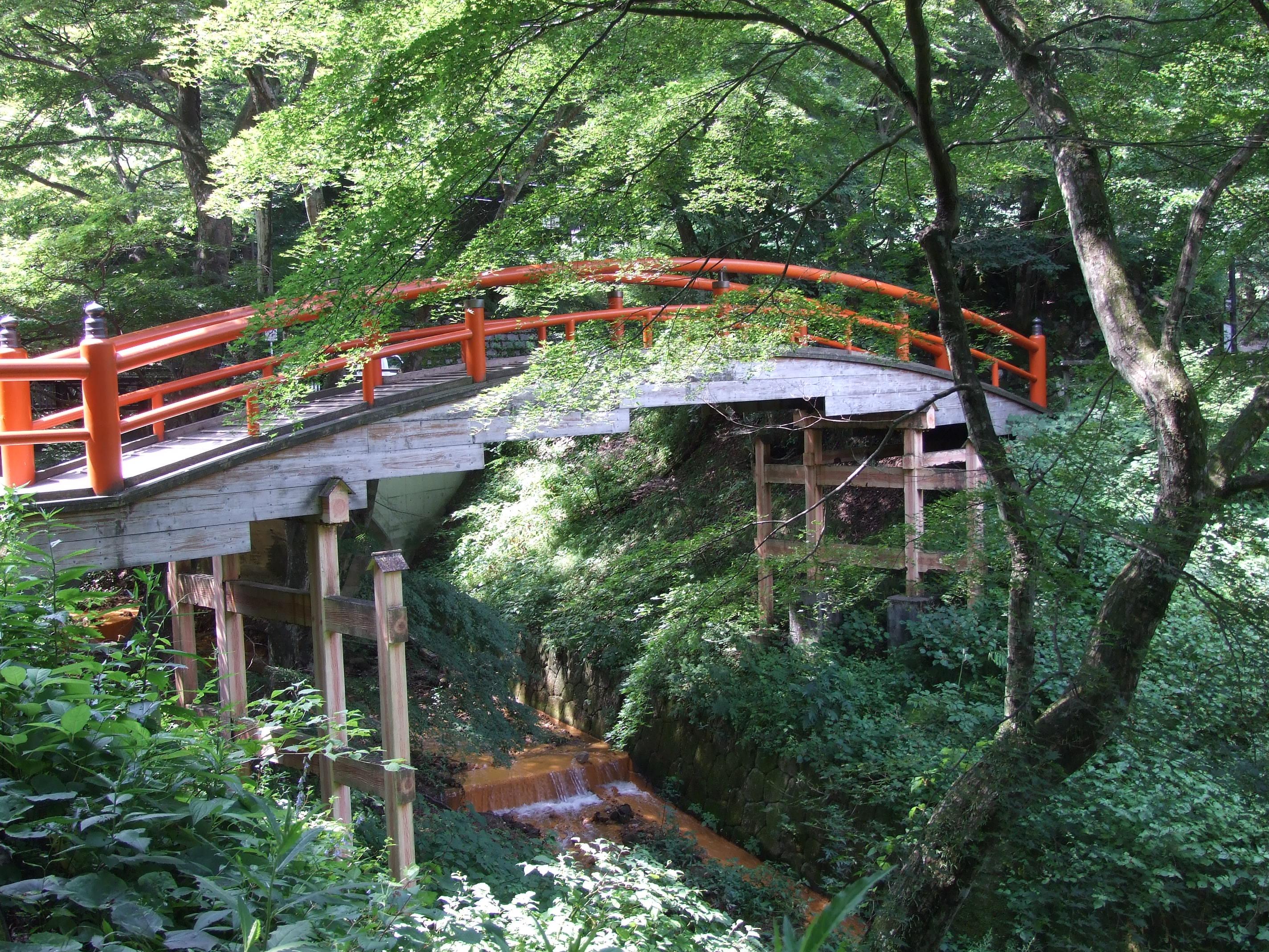 朱色の欄干が綺麗な橋(伊香保のシンボル?)
