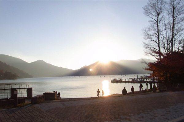 夕日が反射してキラキラ光る中禅寺湖