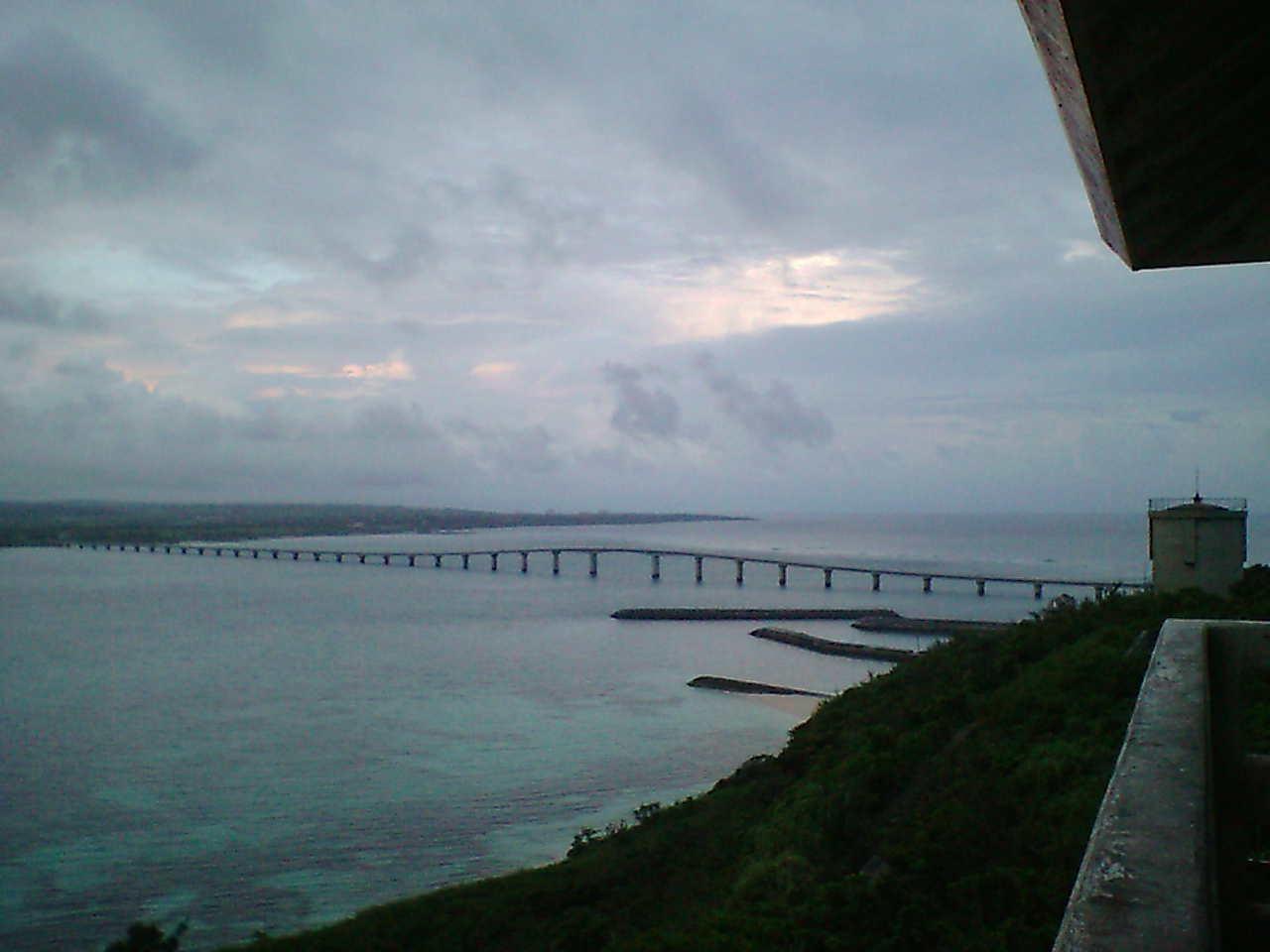 来間大橋が一望できる。晴れていたらたぶんもっときれい。