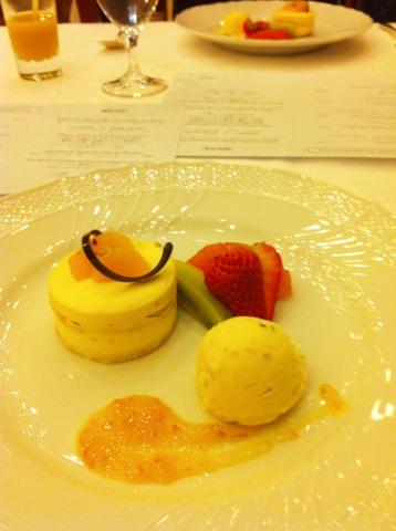 富士屋ホテル 夕食コースのデザート。オレンジ風味のティラミス ヌガーのアイスとフルーツ添え。コーヒーも付きます。
