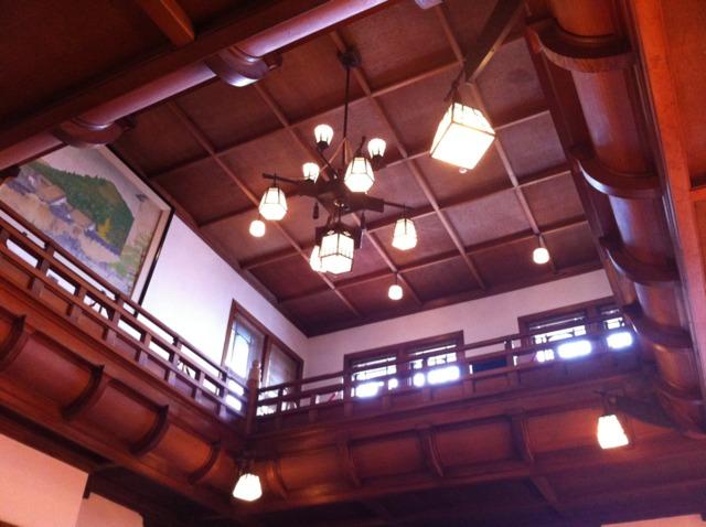 奈良ホテル フロントから上を見上げたところ。