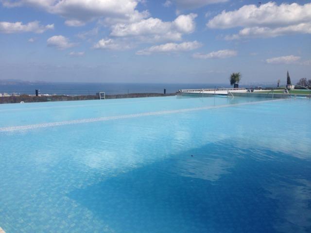 杉乃井ホテル本館 アクアガーデンからの眺め別府湾が一望。空、温泉、海がつながり気分が良い。