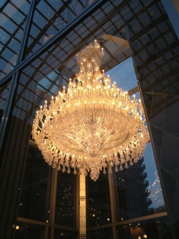 ウェスティンホテル東京 恵比寿駅からホテルに向うガーデンプレイスには、クリスマス恒例のバカラの巨大シャンデリアが輝いていました。