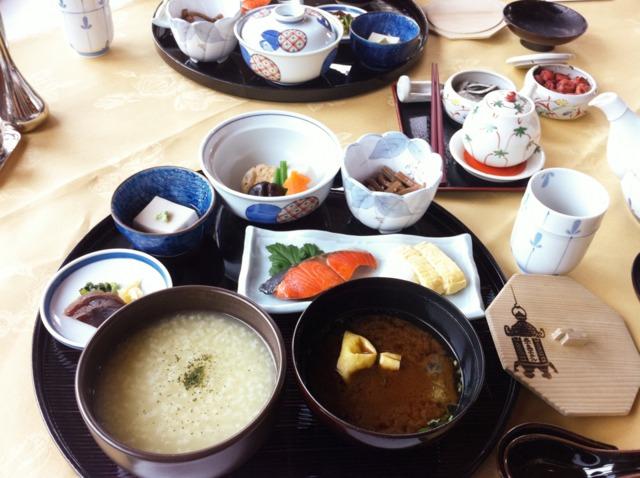 奈良ホテル 朝ごはん。名物の茶粥をいただきました。
