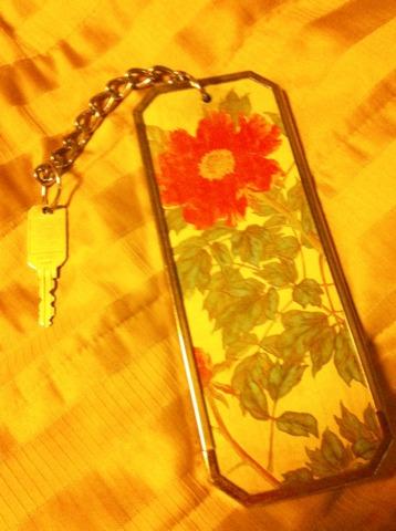 富士屋ホテル 花御殿の部屋には、花の名前がつけられていて、鍵や部屋の扉やにも花の絵が描かれていました。部屋の中にもさりげなく花の絵がかけられていたり、こだわりが感じられました。